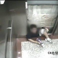 Asansör kabinine sıkışıp öldü