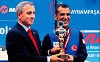 Şampiyonlara kupalarını Şirin Ünal verdi