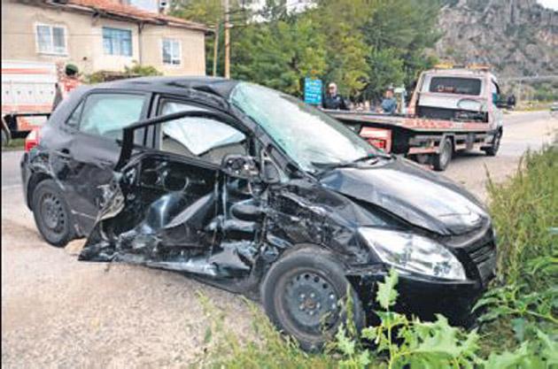 Kamyon otomobile çarptı, 4 yaralı var