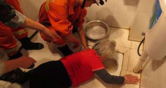 Tuvalete sıkışan kadın 4 saatte kurtarıldı