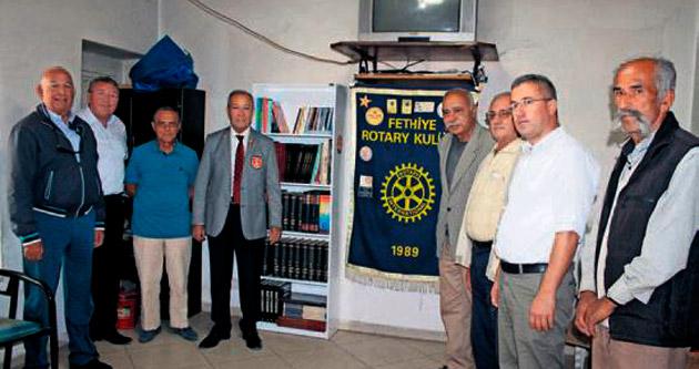 Köy kahvesine kütüphane bağışı