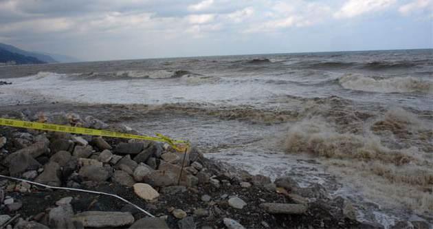 Sahilde odun toplayan kadını deniz yuttu