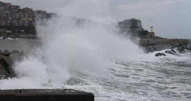 Dev dalgalar limanı dövdü