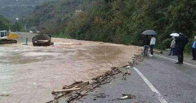 Sel karayolunu ulaşıma kapattı