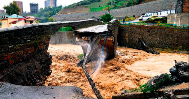 Sağanak yağış köprüleri yıktı