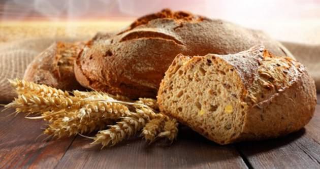 Sağlık için tam buğday ekmeği yiyin