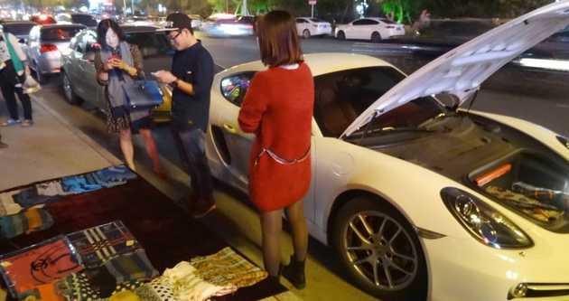 Porsche'ye yakıt alamadığı için işportacılığa başladı