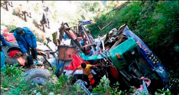 Nepal'de otobüs devrildi: 14 ölü