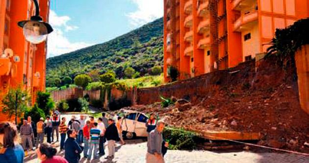 İstinat duvarı 13 aracın üstüne çöktü