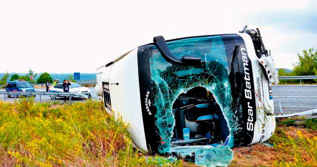 Otobüs devrildi: 20 kişi yaralandı