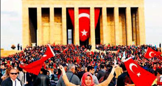 Yüzbinlerce kişi Anıtkabir'e koştu