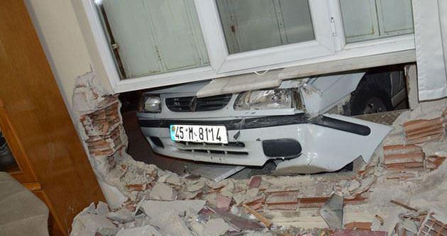 Manisa'da otomobil eve daldı
