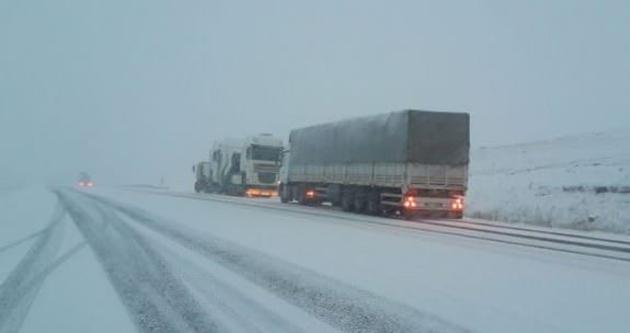 Kar yağışı trafiği ulaşıma kapadı