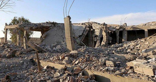 Koalisyon güçleri Rakka'daki Esad rejimi binalarını bombaladı