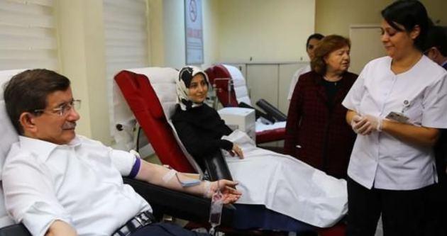 Davutoğlu ve eşinden kampanyaya destek