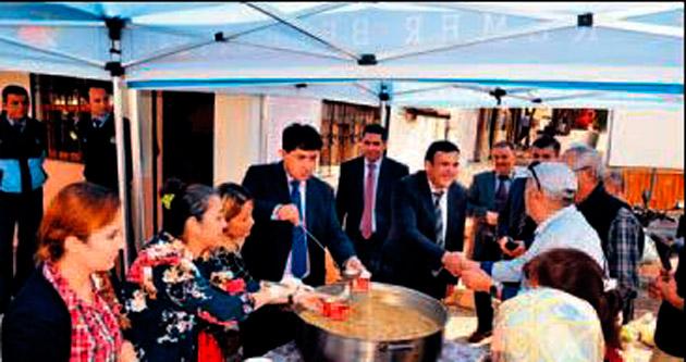 Başkan Gül'den turistlere aşure