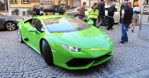 Caner Erkin'den eşi Asena'ya Lamborghini