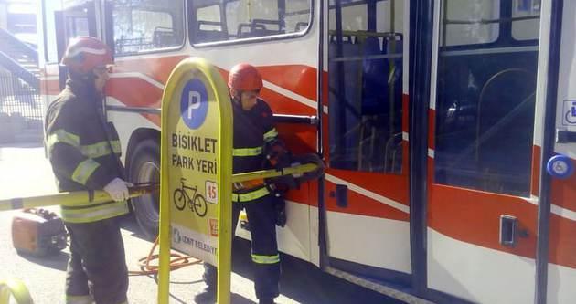 Demir korkuluk otobüse saplandı