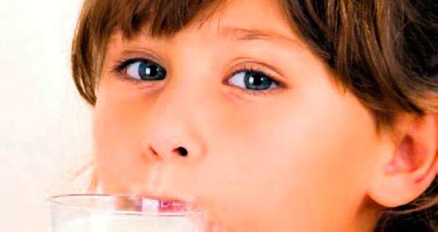 Özgür hisseden çocuk süt içiyor