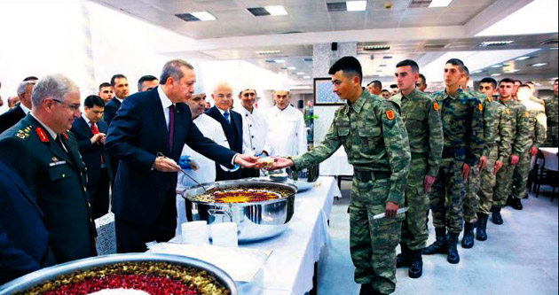 Erdoğan askerlere forslu aşure dağıttı