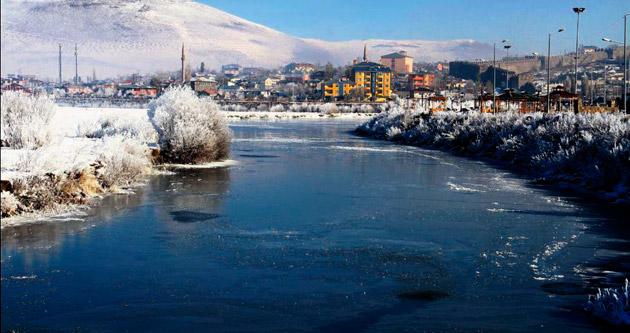 Ardahan'da Kura Nehri dondu
