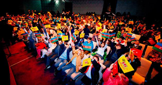 Bakü'de 650 çocuk tiyatroyla buluştu