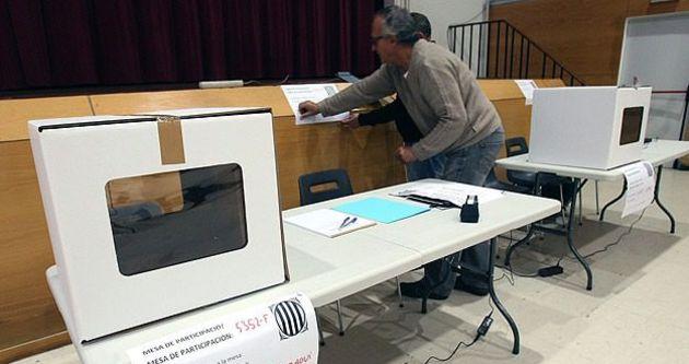 Katalonya'da yasaklı halk oylaması başladı
