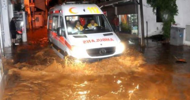 Yarım saatlik yağmur Bodrum'u vurdu