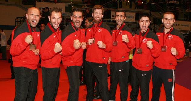 Karatecilerden tarihi başarı