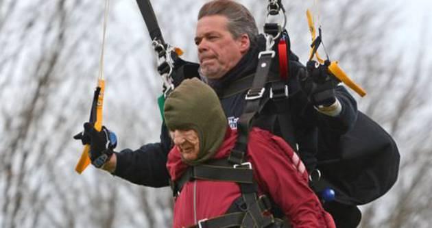 100 yaşında paraşütle atladı