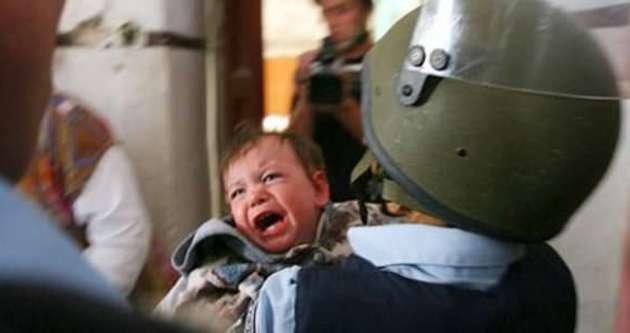 İsrail'de 2 yaşındaki çocuğu tutuklamaya kalktılar