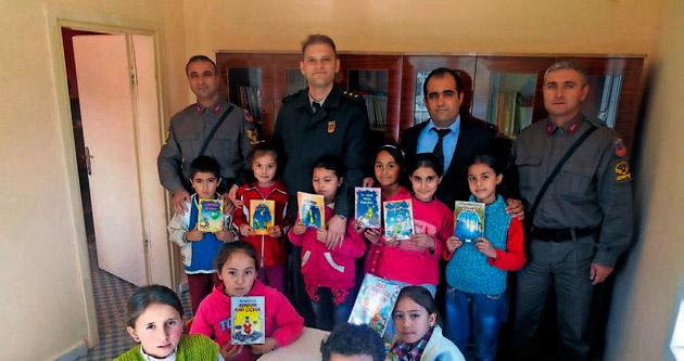 Jandarma ekiplerinden ilköğretime kütüphane