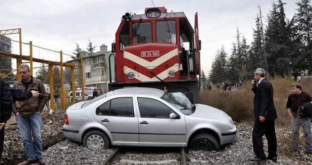 Raybüsle otomobil çarpıştı: 1 yaralı