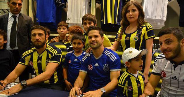 Fenerbahçeli futbolcular imza dağıttı