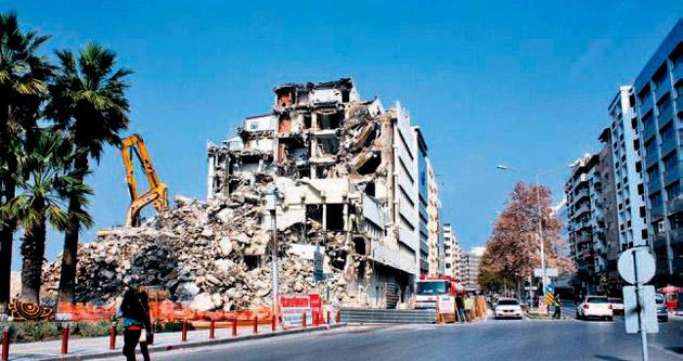 Konak'ta bina yıkımı tehlike saçıyor