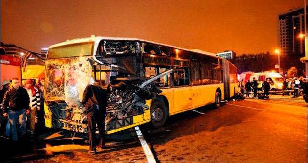 Minibüs metrobüse çarptı: 1 ölü