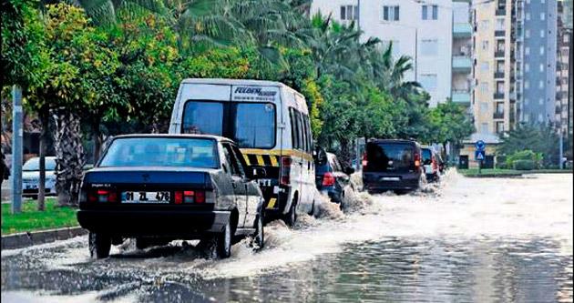 Su borusu patladı cadde göl oldu