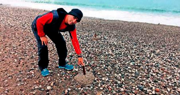 Sahildeki çubuklar yürüyüşü engelliyor