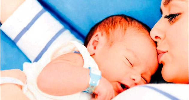 Prematüre bebeğe kanguru bakımı