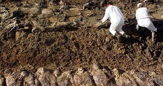 Sel suları çekildi toplu mezar ortaya çıktı