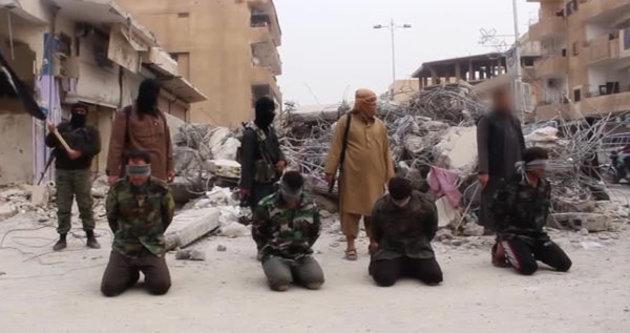 IŞİD 4 suriyeli askeri o binanın önünde infaz etti