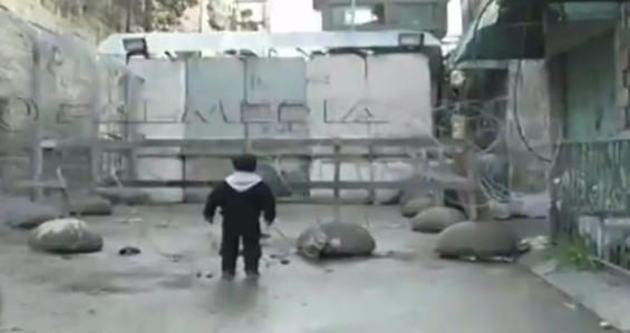 Filistinli çocuk İsrail askerine meydan okudu