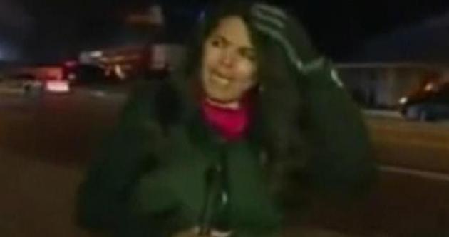 Göstericiler CNN muhabirini taşladı!
