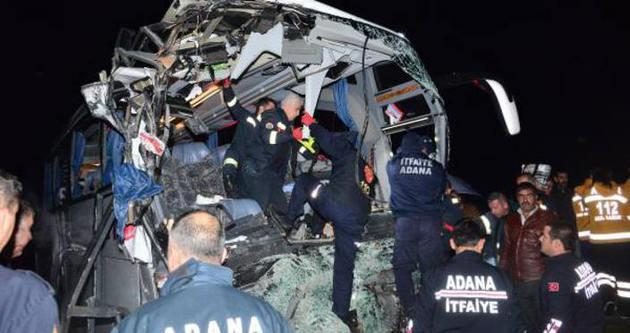 Adana'da yolcu otobüsü TIR'a çarptı