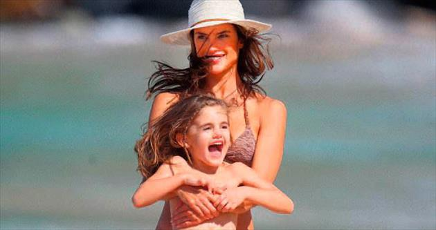 Anne-kızın plaj keyfi