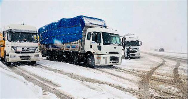Kahramanmaraş'ta kar yolları kapattı