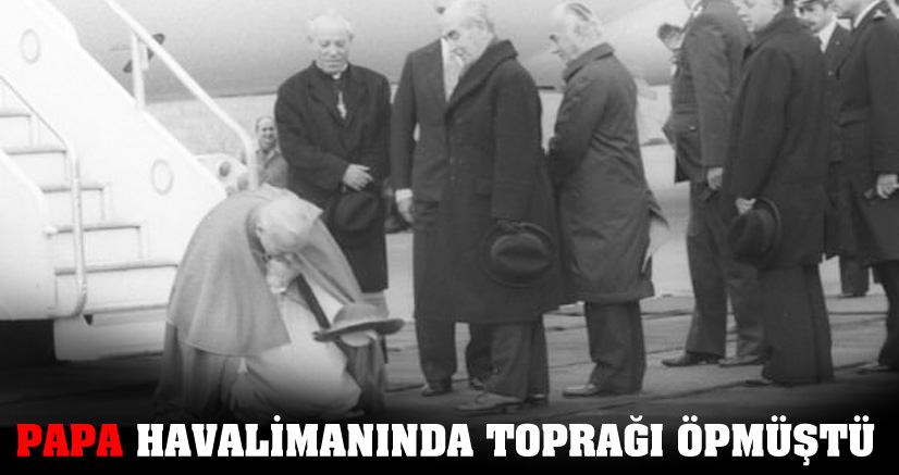 Papa havalimanında toprağı öpmüştü