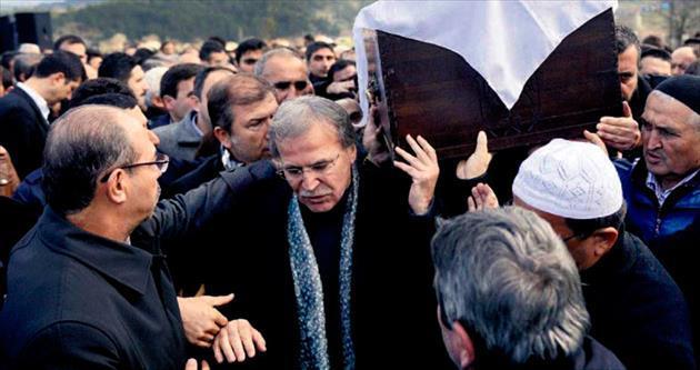AK Parti'li Şahin eşini gözyaşlarıyla uğurladı