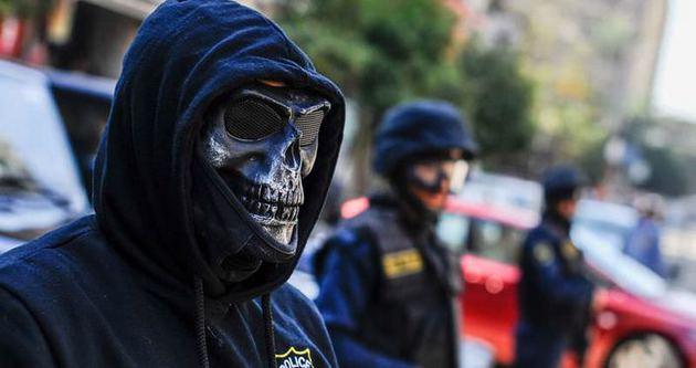 Mısır gösterilerinde iskelet polis!