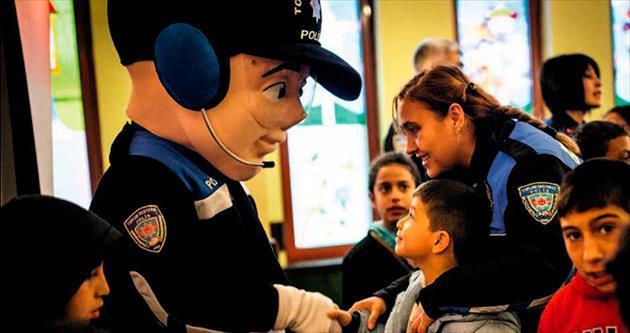 Çocuklar tiyatroyla hem eğlendi hem polisi tanıdı